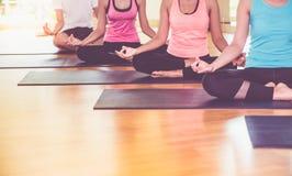 Schließen Sie herauf die Hände der Yogagruppe gesetzt, Hand Mudra und meditat tuend Stockfotografie