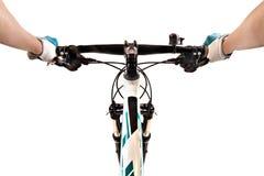 Schließen Sie herauf die Hände des Fahrradreiters auf einer Gebirgsfahrradlenkstange stockfotografie