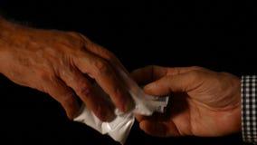 Schließen Sie herauf die Hände, die Kokain handeln stock video