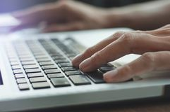 Schließen Sie herauf die Hände, die Tastaturlaptop schreiben Stockbild