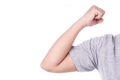 Schließen Sie herauf die Hand der Frau, die ihren Ellbogen lokalisiert auf Weiß hält winkelstück Stockfotografie