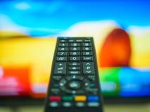 Schließen Sie herauf die Hand, die Fernsehen Fernsteuerungs hält Lizenzfreie Stockfotografie