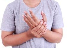 Schließen Sie herauf die Holding der Frau, die ihre Hand auf Weiß lokalisierte Handschmerz c Stockfotografie