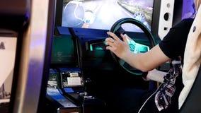 Schließen Sie herauf die Leute, die Spaß haben und Videospiel laufend spielen stock video footage
