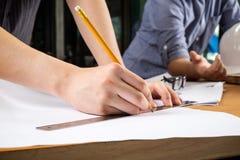 Schließen Sie herauf die Mannfunktion des Architekten ein Bau proje skizzierend Stockfotos