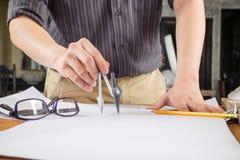 Schließen Sie herauf die Mannfunktion des Architekten ein Bau proje skizzierend Lizenzfreies Stockfoto