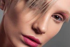 Schließen Sie herauf die Schönheit, die von der Frau mit perfekter Haut geschossen wird stockfotografie