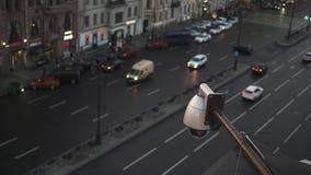 Schließen Sie herauf die Sicherheits-Überwachungskamera, die über der Straße an der Dämmerung funktioniert Großer Verkehr auf dem stock footage