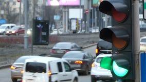 Schließen Sie herauf die städtische StadtAmpel, die zum Grün von den roten Signalautos ändert, um über Schnitt fortzufahren stock video