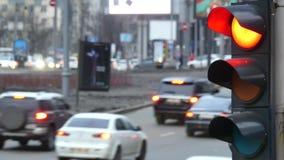 Schließen Sie herauf die städtische StadtAmpel, die zum Grün von den roten Signalautos ändert, um über Schnitt fortzufahren stock video footage