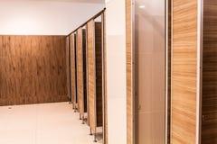 Schließen Sie herauf die Toilette im Büro Stockfotos