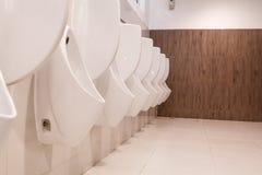 Schließen Sie herauf die Toilette im Büro stockfoto