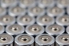 Schließen Sie herauf Draufsicht über unscharfe Reihen des AA-Batterieenergie-Zusammenfassungshintergrundes der Batterien Stockfotos