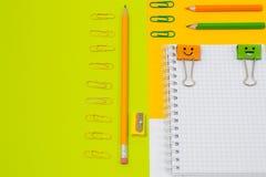 Schließen Sie herauf Draufsichtfoto des Schulbedarfs Satz gewundenes notepa Stockfotos