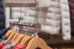 Schließen Sie herauf Edelstahlaufhänger mit der Reihe, die zum Verkauf in einem Einzelhandelsgeschäft bereit ist stockfotos