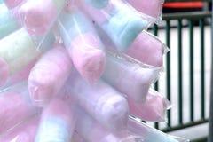 Schließen Sie herauf ein mehrfarbiges der Zuckerwatte in einem Kunststoffgehäuse lizenzfreie stockbilder