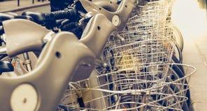 Schließen Sie herauf eine Reihe von Velib in Paris, eine allgemeine Fahrradmiete stockfotos