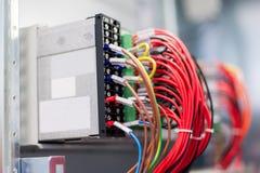 Schließen Sie herauf elektrische Installationen und Drähte auf Relaisschutz Stockfoto