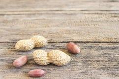 Schließen Sie herauf Erdnüsse auf einem Holztisch Lizenzfreies Stockbild