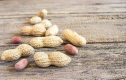 Schließen Sie herauf Erdnüsse auf einem Holztisch Stockfoto