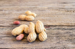 Schließen Sie herauf Erdnüsse auf einem Holztisch Lizenzfreie Stockfotografie