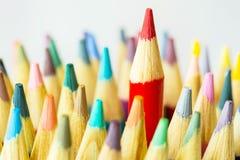 Schließen Sie herauf farbige Bleistifte mit dem Rot eins, das herauf höher haftet Stockbild