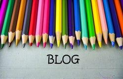 Schließen Sie herauf farbiges Bleistiftschreiben mit BLOG getrennte alte Bücher Stockbilder