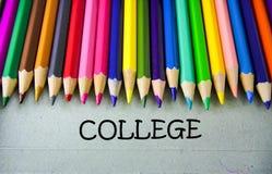 Schließen Sie herauf farbiges Bleistiftschreiben mit COLLEGE getrennte alte Bücher Lizenzfreies Stockfoto