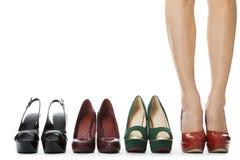 Schließen Sie herauf fehlerlose Frauen-Beine in der glatten roten Schuh-Stellung des hohen Absatzes Lizenzfreie Stockbilder