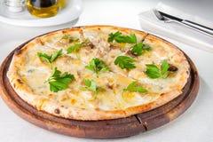Schließen Sie herauf feinschmeckerische Pizza mit Gorgonzola- und porciniweißpilzen Stockfotografie