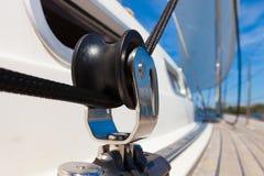 Schließen Sie herauf Flaschenzugblock auf einer Yacht Stockbild