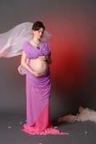 Schließen Sie herauf Foto der jungen schwangeren Frau im eleganten rosa Kleid-tou Stockfoto