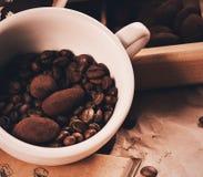 Schließen Sie herauf Foto der Schale mit Kaffeebohnen und Schokolade stockfoto