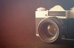 Schließen Sie herauf Foto des alten Kameraobjektivs über Holztisch das Bild ist gefiltert Retro- Selektiver Fokus Lizenzfreie Stockfotos