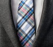 Schließen Sie herauf Foto des Anzugs und binden Sie Stockfotos