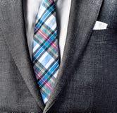 Schließen Sie herauf Foto des Anzugs und binden Sie Stockfoto