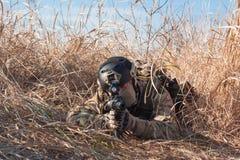 Schließen Sie herauf Foto des Soldaten im Hinterhalt Lizenzfreie Stockbilder