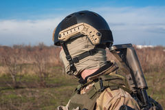 Schließen Sie herauf Foto des Soldaten im Sturzhelm Stockbilder
