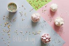 Schließen Sie herauf Foto mit Eibisch, Süßigkeit und Buchstaben glückliches Birthda Lizenzfreie Stockfotos