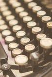 Schließen Sie herauf Foto von antiken Schreibmaschinenschlüsseln stockbilder