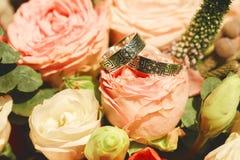 Schließen Sie herauf Foto von Eheringen auf Blumenstrauß lizenzfreie stockfotografie