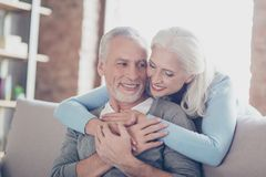 Schließen Sie herauf Foto von glücklichen frohen schönen Paaren von alte Leute wh stockbild