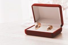 Schließen Sie herauf Foto von goldenen Ringen im roten Kasten stockbild