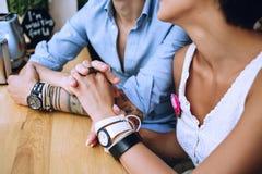 Schließen Sie herauf Foto von Händen von Paaren im Café stockfotos
