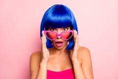 Schließen Sie herauf Fotoporträt des attraktive Dame entsetzten erstaunten touchinf Sommerglas-Pastellrosahintergrundes lizenzfreies stockfoto