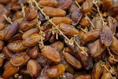 Schließen Sie herauf Früchte der Dattelpalme auf dem Korb stockfotografie