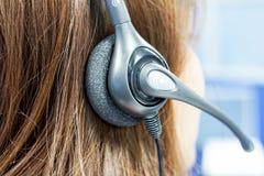 Schließen Sie herauf Frau callcenter auf dem Job mit Kopfhörer lizenzfreies stockfoto