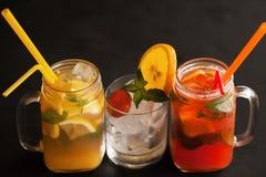 Schließen Sie herauf frische Cocktails auf schwarzem Hintergrund Stockfoto