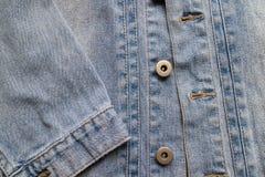 Schließen Sie herauf gealterte Denimbeschaffenheit Alte Blue Jeans-Jacke mit genäht Lizenzfreies Stockfoto
