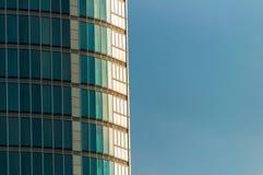 Schließen Sie herauf gebogenen Wolkenkratzer Lizenzfreies Stockfoto